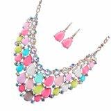 La caramella di modo ha colorato l'insieme vuoto dei monili degli orecchini della collana di diamante