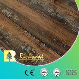 8.3mm E0 AC4のビニールはヒッコリーの寄木細工の床のV溝があるクルミの積層物のフロアーリングを浮彫りにした
