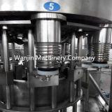 Разлитая по бутылкам пластмассой машина завалки масла автоматическая