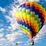 Aerostato di aria calda bianco e blu per andare scatto facente un giro turistico di cerimonia nuziale della concorrenza di volo
