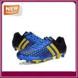 方法人の屋外のサッカーはフットボールの靴を起動する