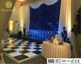 黒いカーテンの白くおよび青ランプの結婚式の祝祭の装飾