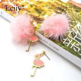 O dobro encantador do flamingo do esmalte da esfera da cor-de-rosa POM Poms tomou o partido brincos das mulheres