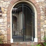 Caminata a través de la puerta del hierro labrado de la yarda