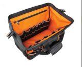 Weit offener Werkzeugkoffer mit geformter Unterseite