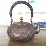 Les théières de cuivre pures de sculpture sont faites d'une série de types fabriqués à la main et décoratifs qui peuvent être employés pour la décoration d'intérieur ou l'eau bouillante
