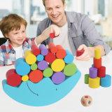 La luna di legno dell'equilibrio che impila il gioco del blocco colora le figure che imparano il giocattolo educativo del bambino
