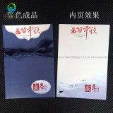 Varia tarjeta de encargo hecha a mano de la invitación del cumpleaños del diseño con la cinta y el sobre