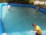 Aufblasbares Wasser, das Ball&acutes Lache aufweckt