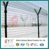Flughafen-Zaun mit dem Stacheldraht/Flughafen, die für Verkauf fechten