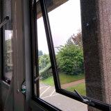 Scegliere la finestra appesa, singola finestra appesa di colore bianco ricoperta polvere