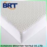 Las gotitas de agua refrescan la cubierta de colchón impermeable de la capa del aire de la sensación