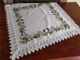 크리스마스 잎 테이블 피복이 백색 직물에 의하여 수를 놓았다