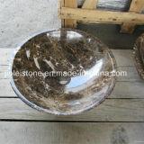 反対の石造りの洗面器を洗浄する丸型のブラウンの大理石か花こう岩