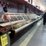 Bujão de supermercado no vidro da curva de Deli Exibir Frigorífico