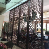 Schermo enorme moderno del metallo per il comitato decorativo nel progetto di lavoro del metallo del ristorante o dell'hotel