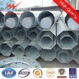 Zeile der Übertragungs-33kv Stahlpole-Aufsatz mit Stahlpole-Schellen