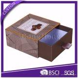 Il nastro ha decorato il contenitore quadrato di carta operato di fragola del cioccolato