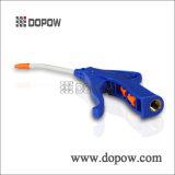 A mão utiliza ferramentas a pistola pneumática do ventilador do injetor da poeira