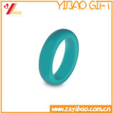 方法女性はシリコーンゴムの結婚指輪指リングに人を配置し、