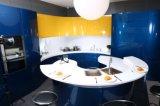 Diseño moderno y pintadas de azul brillante en el armario de cocina
