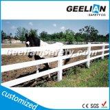 Столб белой пользы цвета пластичные сельские и загородка рельса