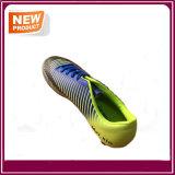 Mann-Fußball lädt im Freienfußball-Schuhe auf
