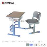 高さは販売ができるように机および椅子の学校家具を調節する