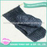 Forma do algodão que tricota manualmente o lenço dos homens feitos sob encomenda dos xailes