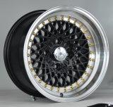 다른 색깔에 있는 리베트를 가진 빛나는 합금 바퀴