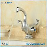 Le double mignon de forme de canard traite le robinet de bassin de bassin de salle de bains de cascade à écriture ligne par ligne