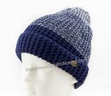 뜨개질을 한 모자를 뜨개질을 하는 형식 아크릴