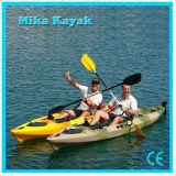 Il professionista si siede sulla canoa superiore della plastica dei pescherecci del kajak dell'oceano