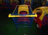 아이들 장난감 차를 가진 트롤리가 상점가에 의하여 농담을 한다