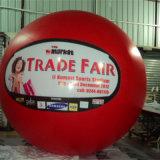 Facendo pubblicità agli aerostati gonfiabili dell'elio per fare pubblicità