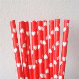 Сторновки бумаги сердца красного цвета на день Valentine