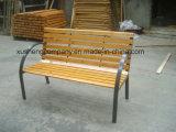 Cadeiras ao ar livre do parque do banco do jardim do ferro e da madeira de molde