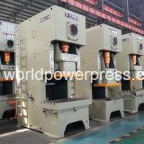 C печатает металлический лист на машинке формируя штемпелюющ давление и пробивая машину