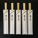Palillos de bambú japoneses con las mangas de encargo