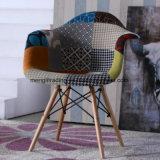 黒のクロムベースが付いている食堂の椅子