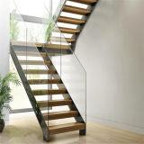 Fer travaillé clôturant l'escalier droit avec la semelle en bois solide