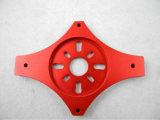 Pieza de aluminio que trabaja a máquina del CNC con el rojo anodizado