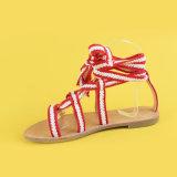 Signora Red e sandali della cinghia di Ankel degli appartamenti della cinghia di bianco per le donne