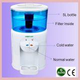Erogatore da tavolino caldo dell'acqua con la bottiglia del filtrante