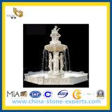 白い大理石の女性の彫像のOudoorの石造りの噴水