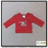 Il bambino rosso dell'indumento del bambino copre la maglietta della ragazza