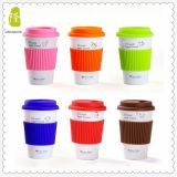 創造的で簡単な様式の飲むことのためのふたそしてスプーンが付いている白い陶磁器のコーヒー・マグ