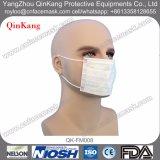 医療機器操作の病院勤務医のマスク