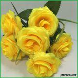 絹の偽造品によっては結婚式の装飾の卸し業者のためのローズの人工花が開花する