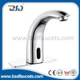 As mãos livram o Faucet automático do banheiro da torneira de água do misturador da bacia do sensor